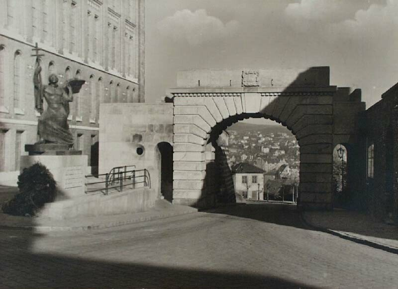 Bécsi gates square with the monument, 1936