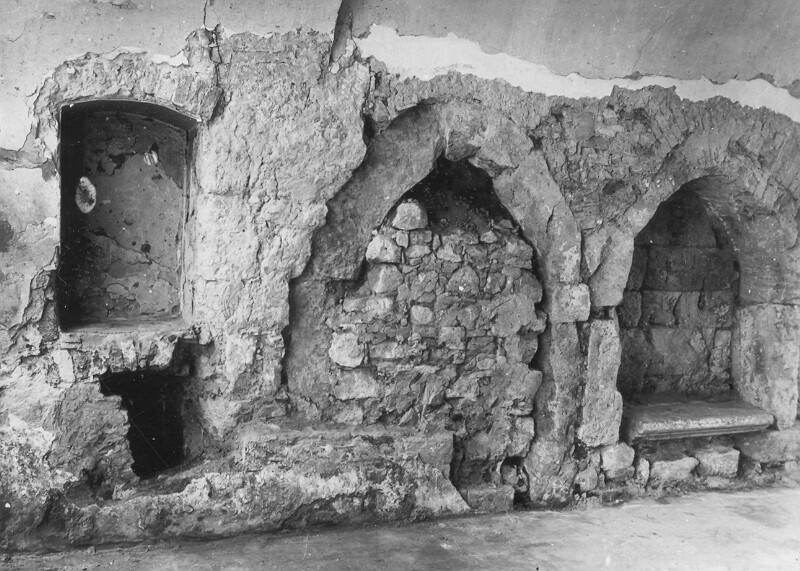 No. 13 Fortuna street, the excavation of the Gothic door in the southern wall of the gates, 1959