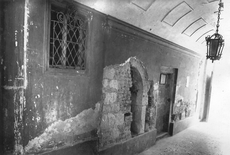 No. 7 Országház street, medieval sitting niche found in the gates, 1957