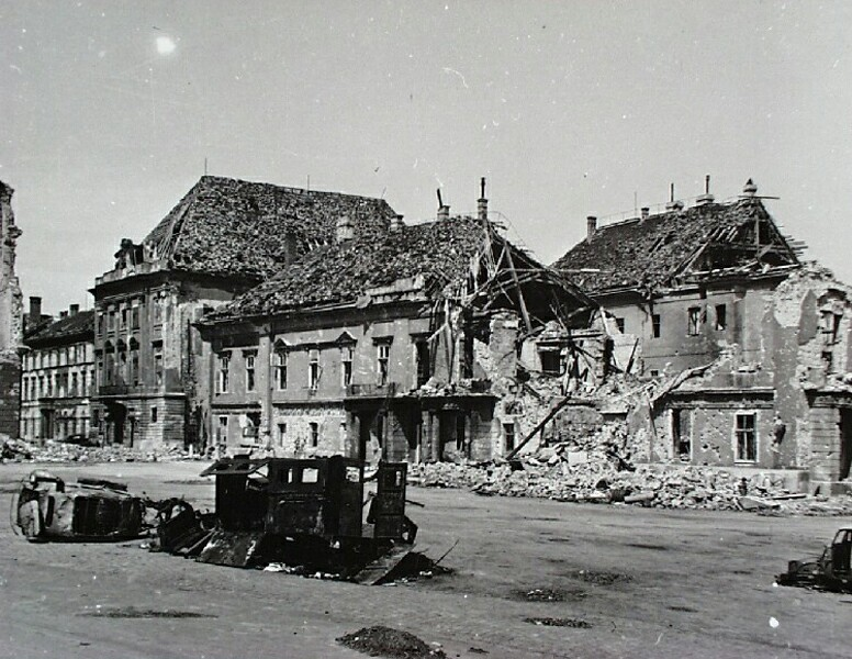 Szent György square in ruins, 1945