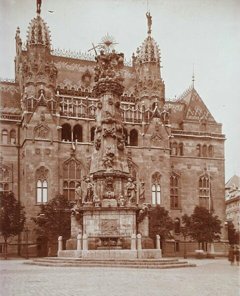 The Ministry of Finance with the Holy Trinity statue, 1910