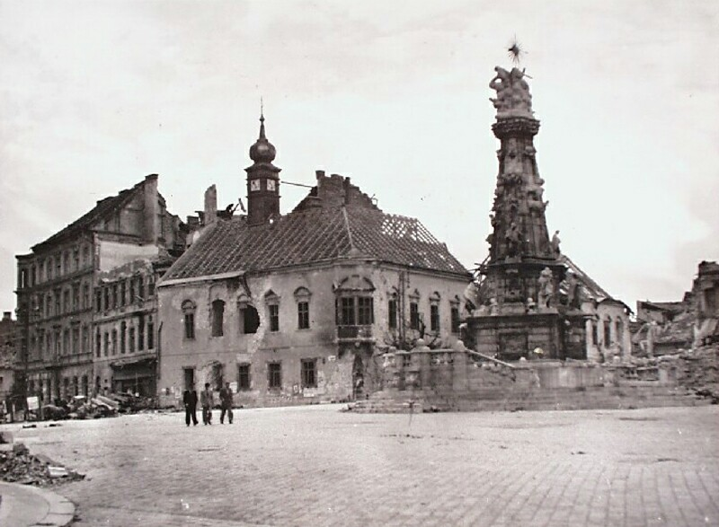 The ruined Town Hall with the Holy Trinity statue, 1945