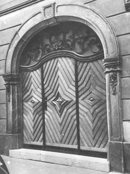 No. 70 Úri street, gates from the end of the 19th century