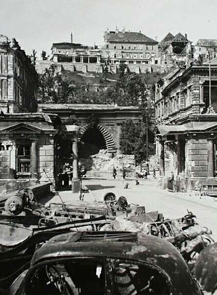 Clark Ádám square in ruins with the Tunnel, 1945
