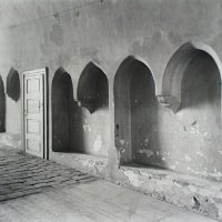 Sitting niches of a gate in Országház street, around 1940