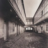 The courtyard of No. 1 Tárnok street with the hanging corridor, 1910s