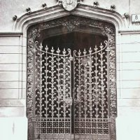 The gates of No. 8 Úri street, around 1936