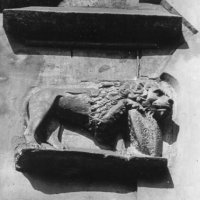 No. 13 Úri street, a shield-holding lion on the main facade of the house, 1964