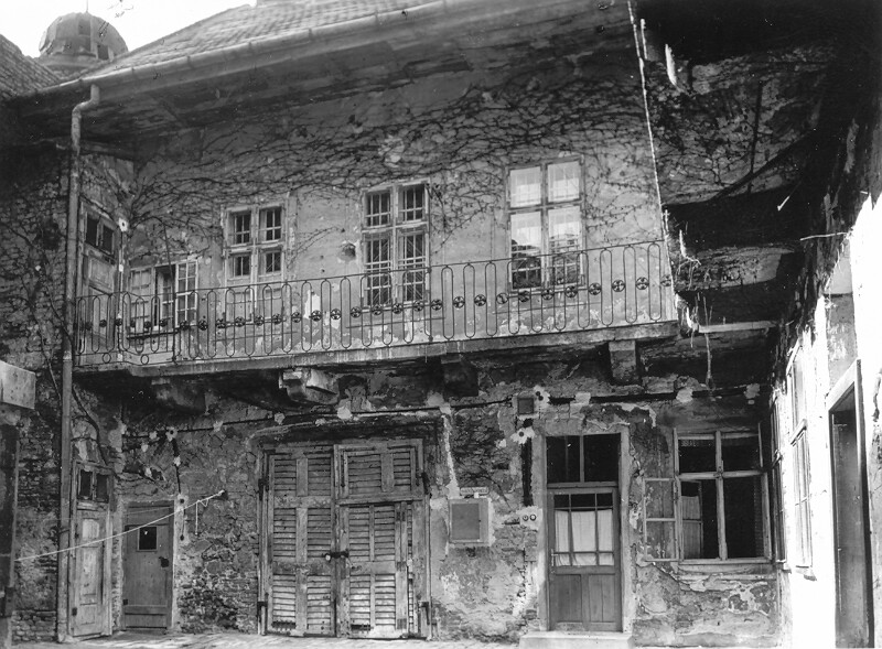 No. 24 Országház street, detail of the facade wall on the west side of the courtyard, 1961