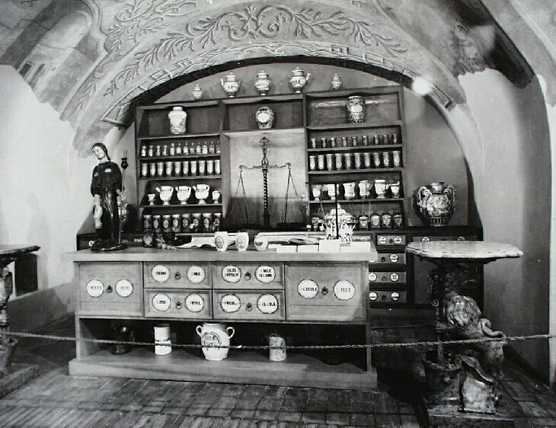 Pharmacy exhibition in No. 18 Tárnok street, 1980s